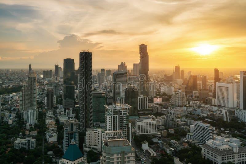 Bangkok, Thailand in het gebied van de binnenstad, skyline view tijdens de zonsondergang van de daktop in Bangkok Aziatisch toeri stock foto's