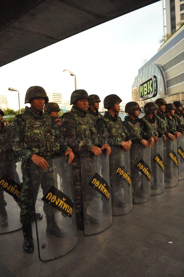 Bangkok/Thailand - 05 24 2014: Het leger en de Politie nemen Bleke controle van Pathum royalty-vrije stock foto's