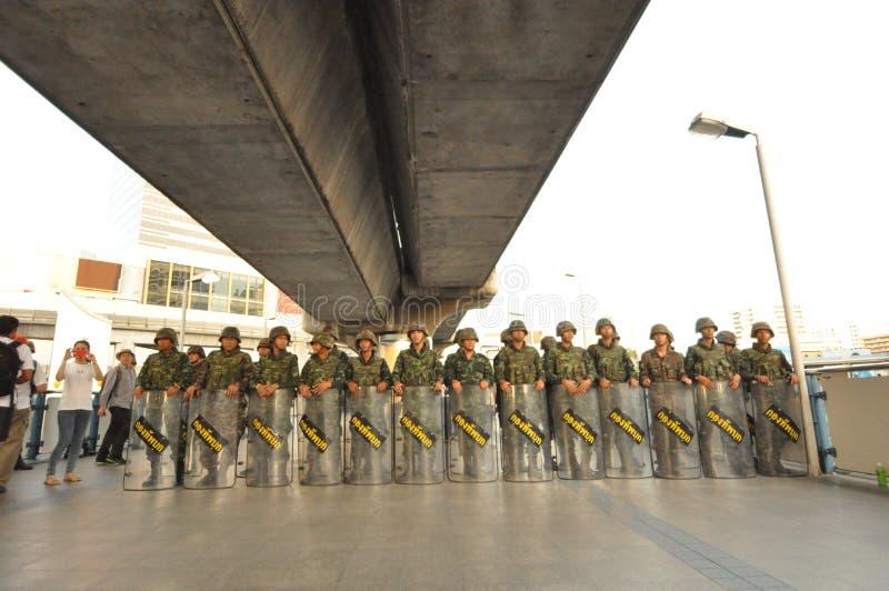 Bangkok/Thailand - 05 24 2014: Het leger en de Politie nemen Bleke controle van Pathum stock afbeeldingen