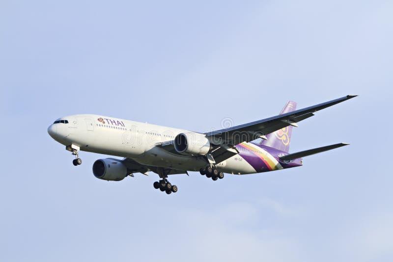 BANGKOK THAILAND - 6. JANUAR 2013: Boeing von Thaiairway landend zu internationalem Flughafen Suvarnabhumi, Bangkok, Thailand lizenzfreie stockbilder