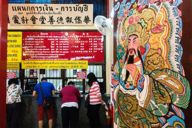 Bangkok, Thailand - 27. Januar 2019: Der Eingang und die Spendentheke mit dem chinesischen Thai in Tai Hong Kong Shrine bei Poh T lizenzfreies stockbild