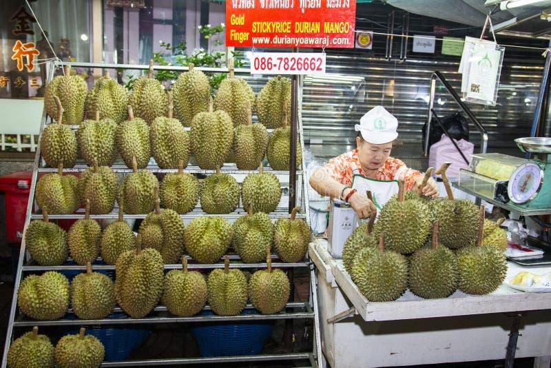 BANGKOK, THAILAND 2019 AM 6. JANUAR: Durianfrüchte für Verkauf auf China TownYaowarat, Thailand Exotischer Frucht Durian auf Baue stockfotografie