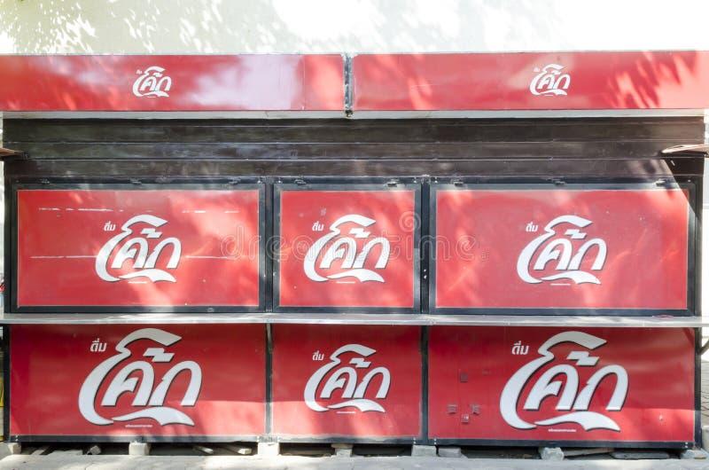 BANGKOK THAILAND - 30 JANUARI 2017: closeing coca-cola shoppar på fotografering för bildbyråer