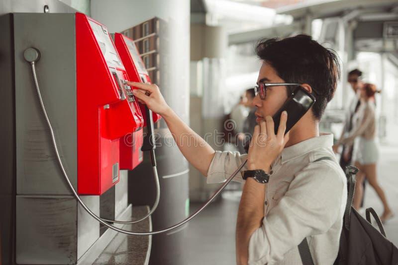 BANGKOK, THAILAND - JANUARI 22: Een mens telefoneert bij post n royalty-vrije stock foto