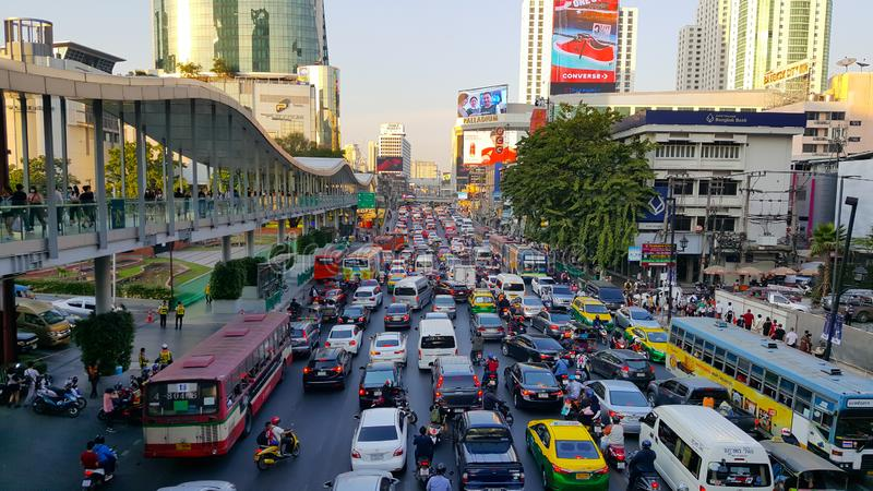 BANGKOK THAILAND - JANUARI 25, 2019: M?nga av bilen och medlet som orsak av trafikstockning p? v?gen p? den Ratchaprasong genomsk royaltyfri bild