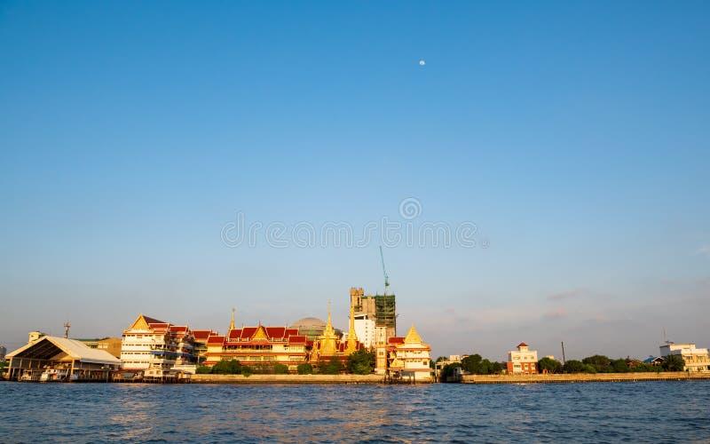 Bangkok, Thailand - 20 Januari, 2016: Tempel of Wat langs Chao Phraya River De tempels van Bangkok maken deel van het hart van he stock afbeelding