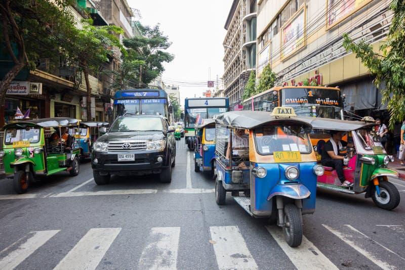 BANGKOK THAILAND - JANUARI 16, 2017: Trafik i finansiellt område av Bangkok, turism och shoping royaltyfri bild