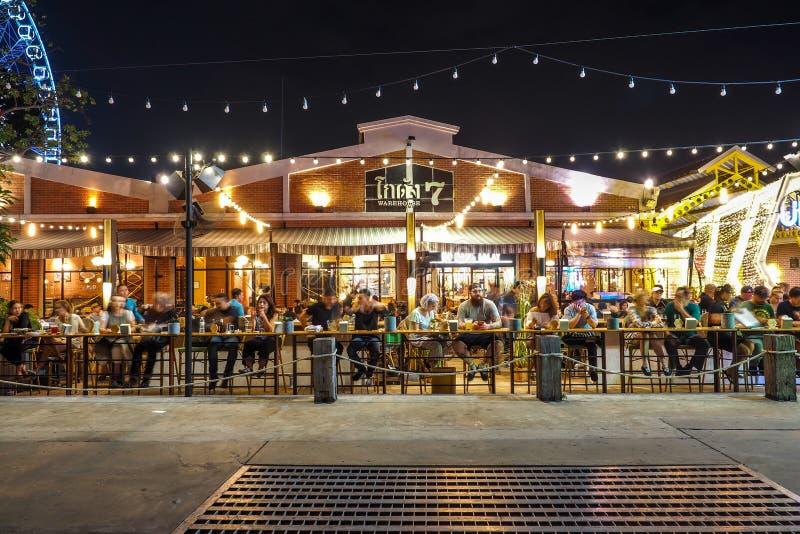 BANGKOK THAILAND - JANUARI 5: Utomhus- restaurang i Asiatique riverfronten i nattetid i Bangkok, på Januari 5, 2017 in arkivfoto