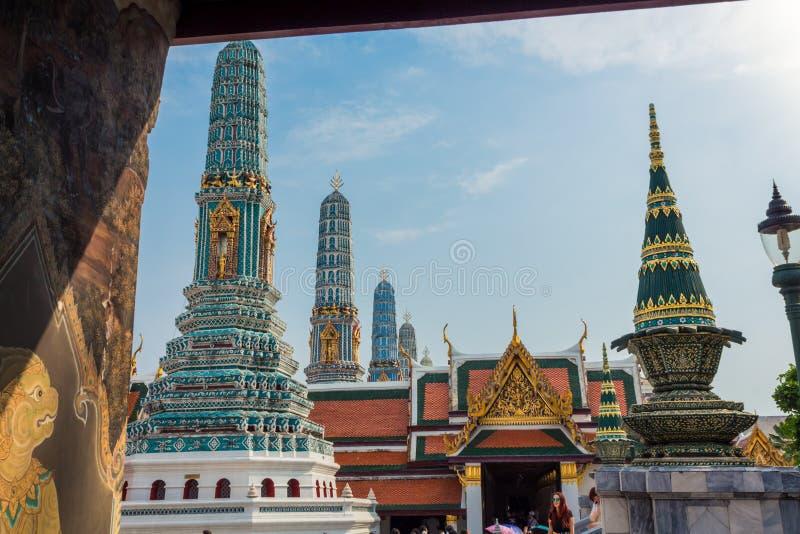 Bangkok Thailand - Januari 26, 2018: Utsmyckad prang på Wat Phra Kaew, tempel av Emerald Buddha, storslagen slott, Bangkok, Thail fotografering för bildbyråer