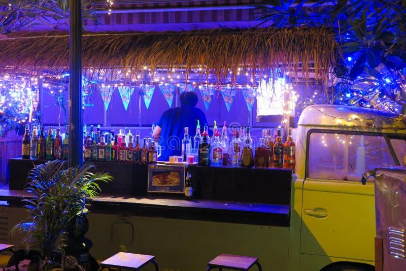 BANGKOK, THAILAND - JANUARI 11 2018: Voertuig dat in een bar in Bangkoks-nachtleven wordt veranderd stock afbeeldingen