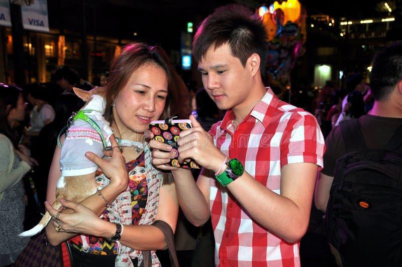 Bangkok, Thailand: Jong Thais Paar met Stootkussen stock fotografie