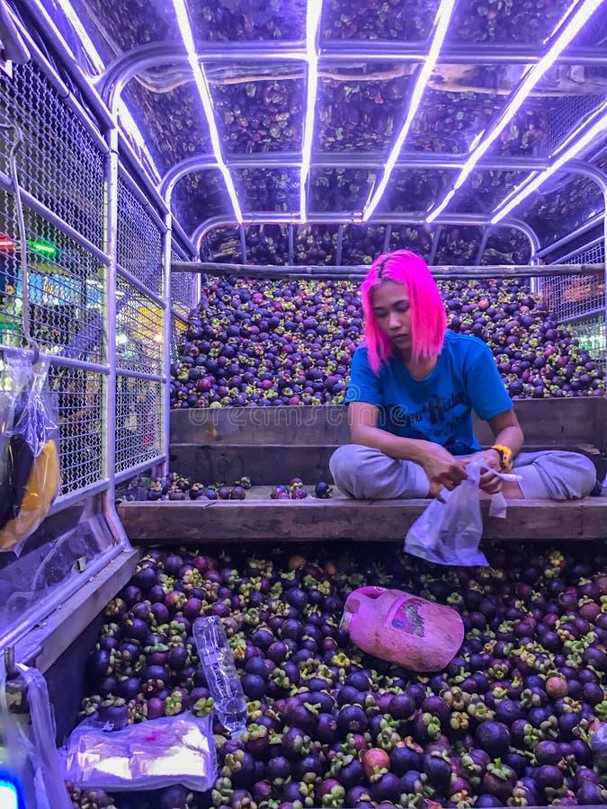 Bangkok Thailand - Juli 17, 2017: Asiatisk kvinna som säljer tropisk frukt, mangosteens, i uppsamlingsbilen på gatan royaltyfria foton