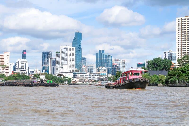 BANGKOK Thailand - Juli 7, 2017: Bogserbåtfartyglastfartyg i Chao P royaltyfria foton