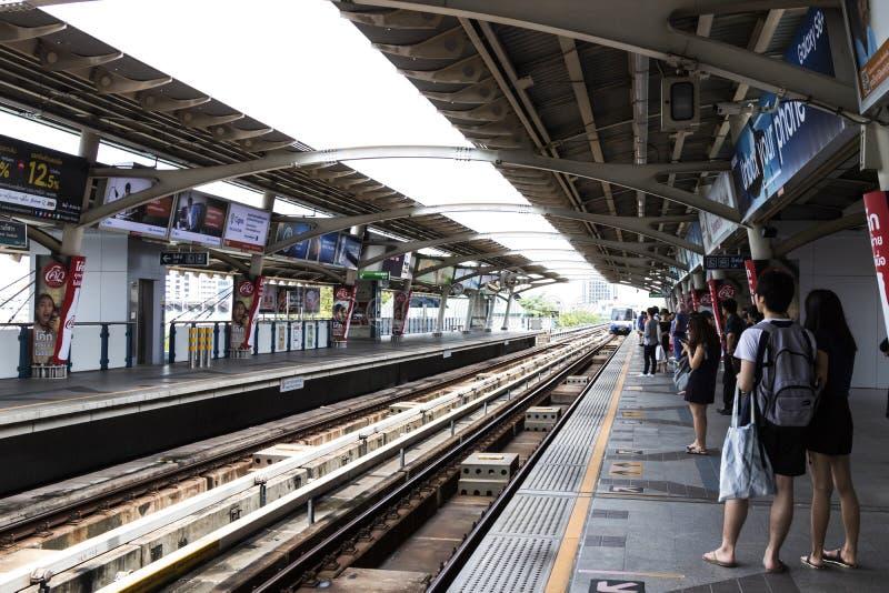 BANGKOK, THAILAND: 2 JULI, 2017: BTS Skytrain bij een post in Th stock foto