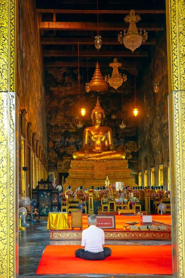 Bangkok Thailand - Juli 25, 2014: Buddistisk asiatisk man som in ber royaltyfri bild
