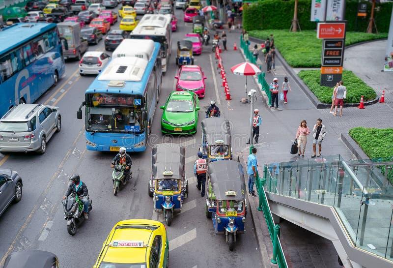 BANGKOK, THAILAND - 16. JULI: Busse, Taxis und tuktuk Schleichen durch beschäftigten Verkehr auf Ratchadamiri-Straße in Bangkok a lizenzfreies stockbild