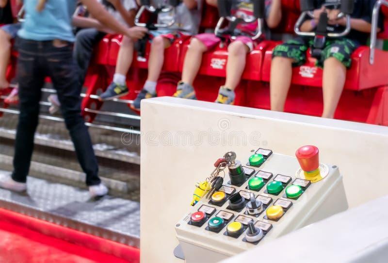 BANGKOK THAILAND - JULI 05: Den parallella kontrollbordet fungerar barns fritt fallritt i det Yoyoland nöjesfältet i den Seacon f arkivfoton