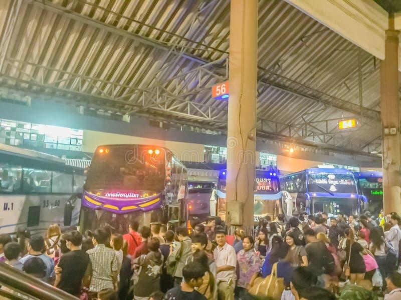 Bangkok Thailand - Juli 7, 2017: Folkmassor av folk som väntar på b royaltyfria bilder