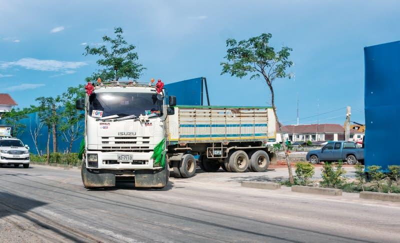 BANGKOK, THAILAND - 5. JULI: Geschäftemacher-Anhängerfernfahrerrastplätze Isuzus FXZ 360 handeln 24, während es von der Baustelle lizenzfreies stockfoto
