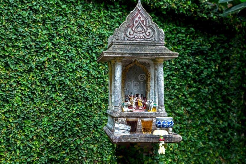Bangkok/Thailand - Juli 22 2018: In het Openbare Park, het Thaise geesthuis met de achtergrond van Ficuspumila stock fotografie