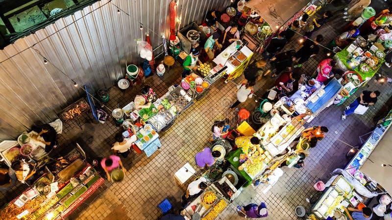 BANGKOK, THAILAND - JULI 21, 2018: Hoogste mening van de Thaise verkoper van het straatvoedsel in het nachtleven in Bangkok, Thai stock fotografie