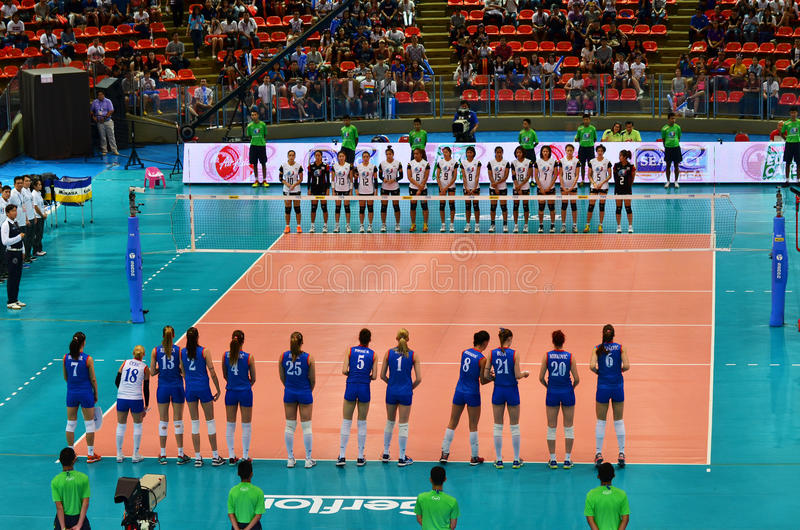 Bangkok Thailand - Juli 3, 2015: Lag för Thailand och Serbien volleybollkvinnor royaltyfria foton