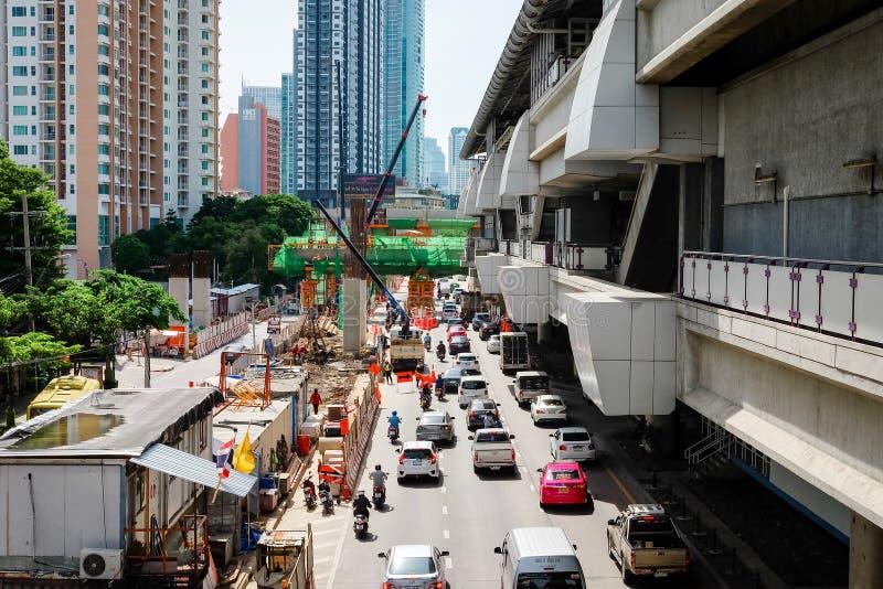 Bangkok Thailand - Juli 14 2019: Många bil-, buss- och motorcykelorsakstrafikstockningar på den Krung Thon Buri vägen Konstruktio royaltyfri bild