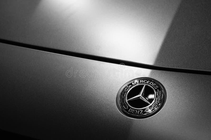 Bangkok, Thailand - Juli 4, 2019: Mercedes-Benzembleem op de auto Sluit omhoog van Mercedes-Benzmetaal logotype op de zilveren au royalty-vrije stock afbeeldingen