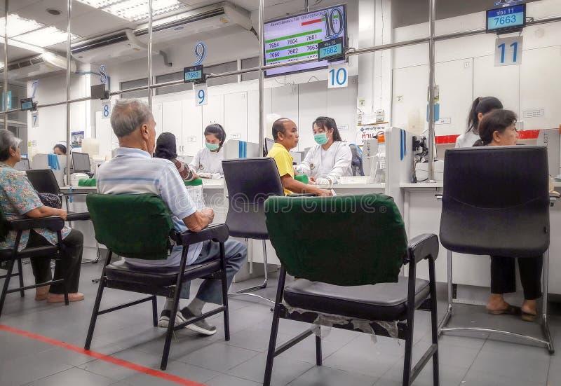 BANGKOK THAILAND - JULI 13: Unnamed patientque för att ta blodprövkopior i Sirirat det offentliga sjukhuset i Bangkok på Juli 13, arkivbild