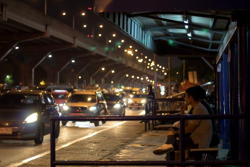 Bangkok Thailand-Juli 1,2019: Väntande på bussar för folk i Bangkok royaltyfri bild