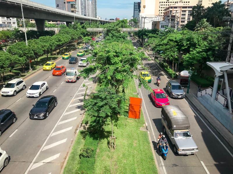 Bangkok, Thailand - 14. Juli 2019: Viele Autos, Bus und Motorräder verursachen Staus an Straße Krung Thon Buri mit BTS oder Bangk stockfotos