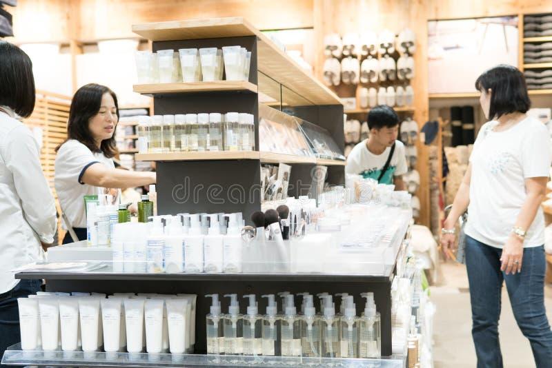 Bangkok, Thailand - 29. Juli 2017: Viele Frauen stehen kaufende Kosmetikhautpflege am Kosmetikshop Sie wählen das erforderliche lizenzfreies stockbild