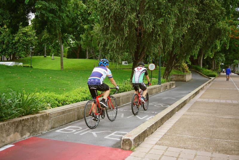 BANGKOK THAILAND-JULY 23 2019: Cykla sportidrottsman nen mannen och kvinnor som cyklar mountainbiket och av vägcykeln parkerar in royaltyfri foto