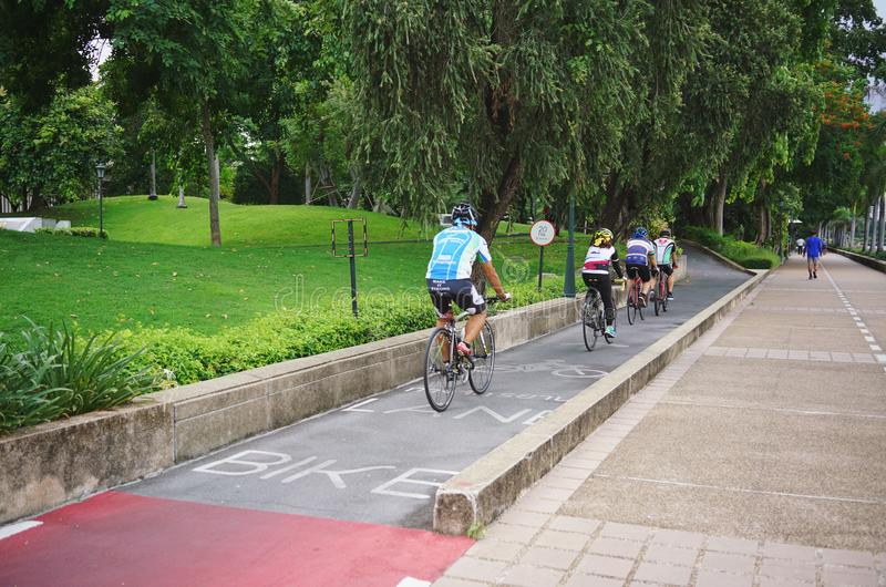 BANGKOK THAILAND-JULY 23 2019: Cykla sportidrottsman nen mannen och kvinnor som cyklar mountainbiket och av vägcykeln parkerar in royaltyfri fotografi