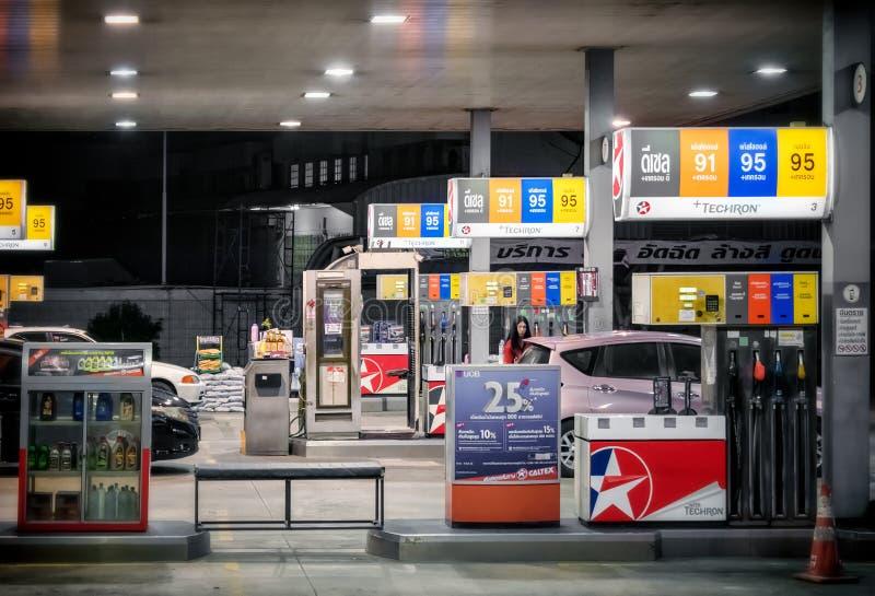 BANGKOK, THAILAND - 12. JUNI: Caltex-Benzin petro Station dient verschiedenen Techron-Brennstoff auf Pumpen auf Katchanapisek-Str lizenzfreie stockfotografie