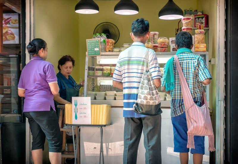 BANGKOK, THAILAND - JUNI 02: De onbekende klanten kopen lunch van een naamloze voedselverkoper in Vajira-het Ziekenhuis in Bangko royalty-vrije stock afbeelding