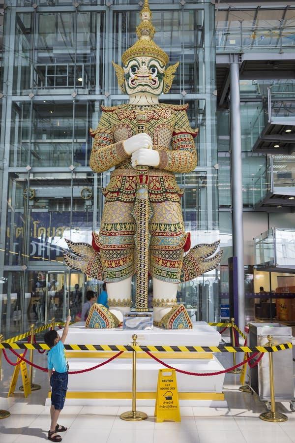 Bangkok Thailand - Juni 28, 2015: Den jätte- statyn i avvikelseterminalen av Bangkok Suvarnabhumi den internationella flygplatsen fotografering för bildbyråer