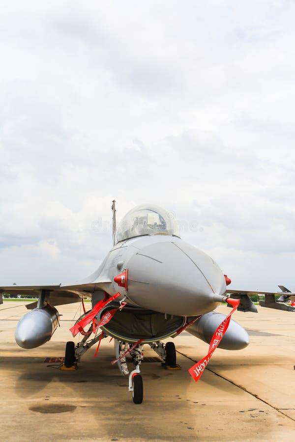 BANGKOK, THAILAND - 30. JUNI: F-16 des königlichen thailändischen Luftwaffenshowfestivals stockbilder