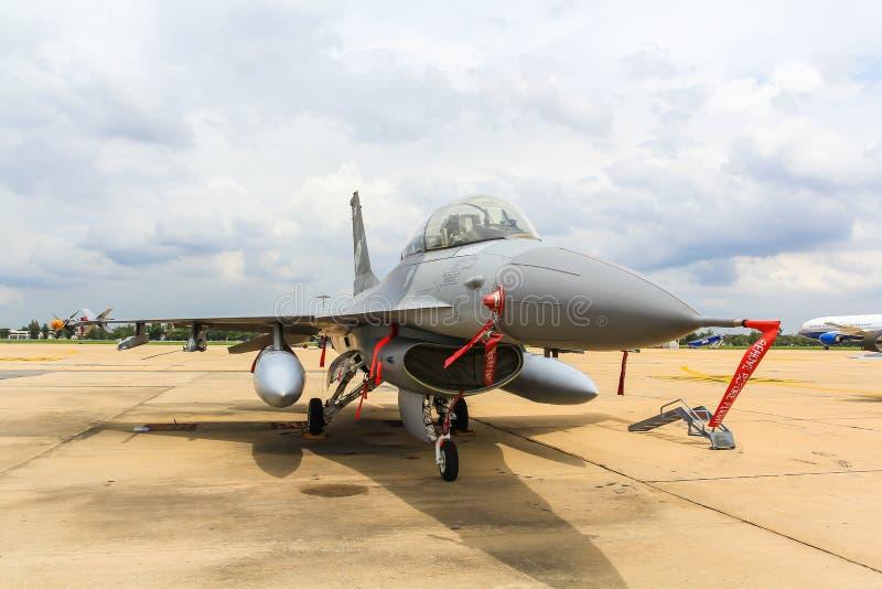 BANGKOK, THAILAND - 30. JUNI: F-16 des königlichen thailändischen Luftwaffenshowfestivals lizenzfreie stockfotografie