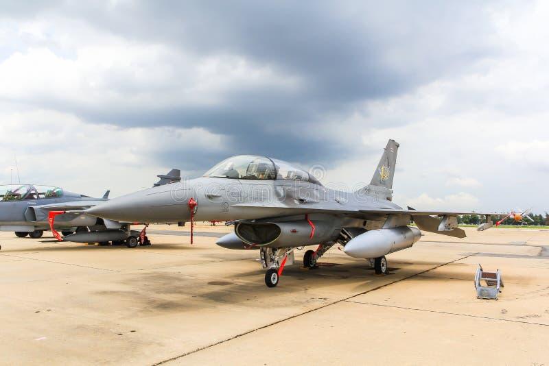 BANGKOK, THAILAND - 30. JUNI: F-16 des königlichen thailändischen Luftwaffenshowfestivals lizenzfreies stockfoto
