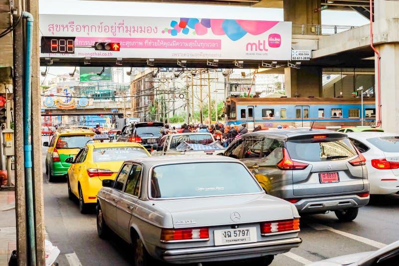 Bangkok Thailand - Juni 08 2019: Många bilar som väntar på drevet att passera den Ratchaprarop vägen Därför trafikstockningen arkivbild