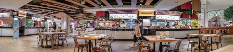 BANGKOK THAILAND - JUNI 11: Matdomstolen öppnar och gör affär som vanlig i Seacon fyrkantshoppinggalleria i Bangkok på Juni 11, arkivfoto