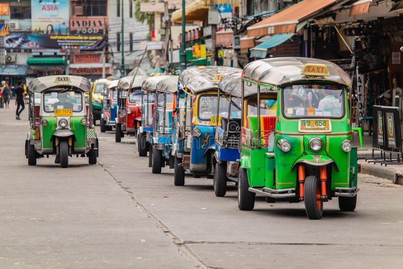 Bangkok, Thailand - Juni, 2019: niet geïdentificeerde bestuurder van taxi met drie wielen Tuk Tuk in Khao San royalty-vrije stock foto