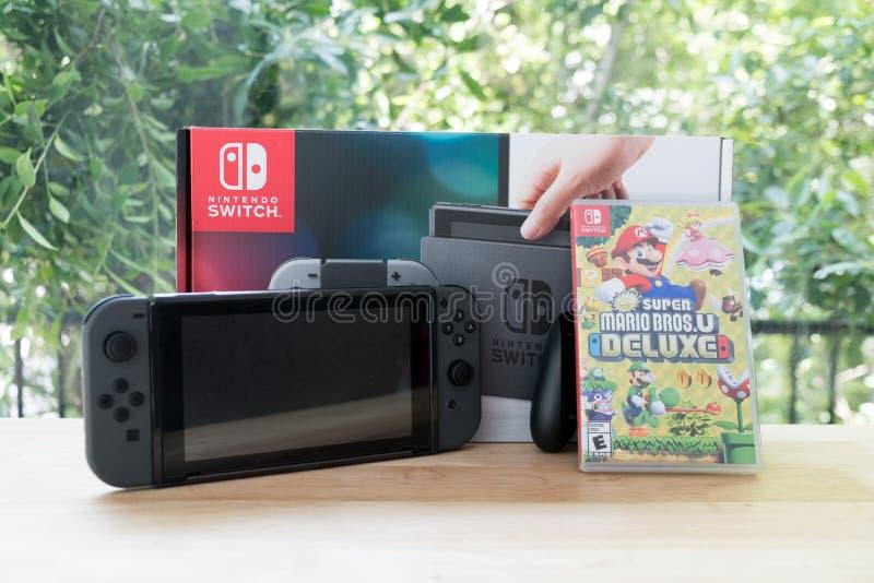Bangkok, Thailand - 10. Juni 2019: Nintendo-Schalter, Videospielkonsole für Haupt- oder tragbares Spiel mit dem Kasten von Mario  lizenzfreies stockbild