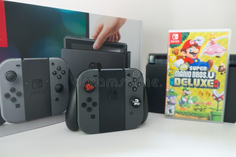 Bangkok, Thailand - 10. Juni 2019: Nintendo-Schalter, Videospielkonsole für Haupt- oder tragbares Spiel mit Kasten deluxen Schalt stockfotografie