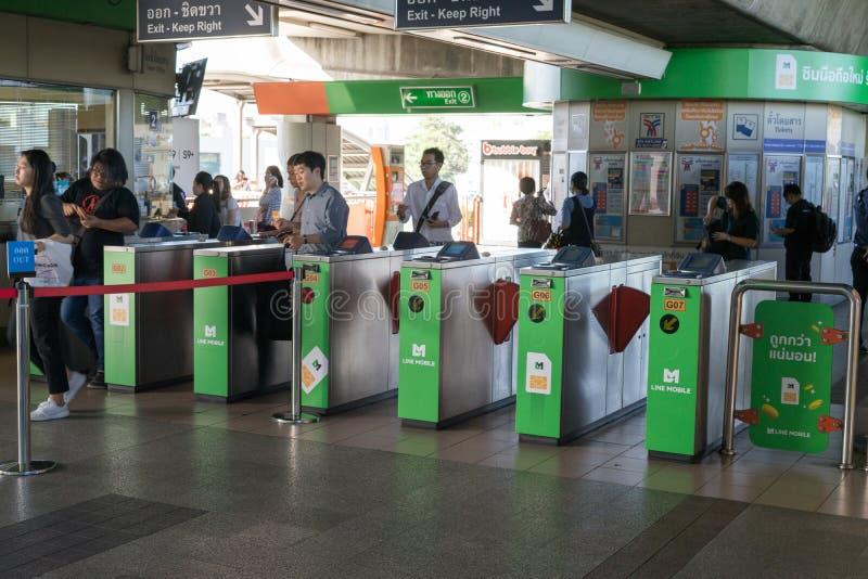 BANGKOK, THAILAND - 5 JUNI 2018: Passagiers en veiligheid bij ingang en uitgangspoort met zeer belangrijk kaarttoegangsbeheer in  royalty-vrije stock afbeelding