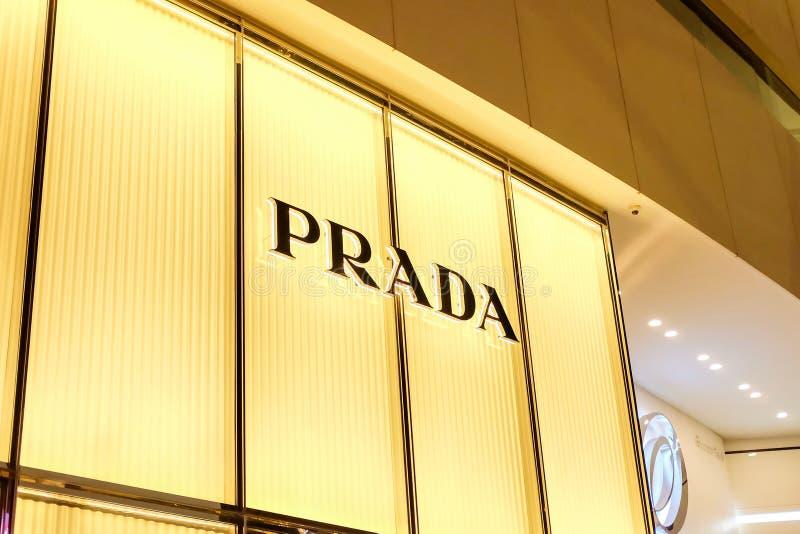Bangkok Thailand - Juni 02 2019: PRADA logo på märke av detaljisten på EMQUARTIER san f?r natt f?r fj?rdbroca francisco tid royaltyfri foto