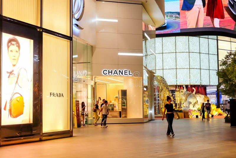 Bangkok Thailand - Juni 02 2019: PRADA logo på märke och CHANEL logo på märke av detaljisten på ingången till EMQUARTIEREN royaltyfri foto