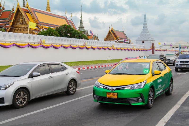 Bangkok, Thailand - Juni 2019: Taxi Meter toyoya altis läuft auf Straße neer Thailänder-Tempelpalast, stockfotos