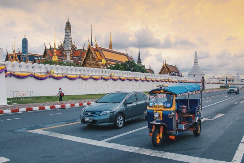 Bangkok, Thailand - Juni 2019: Tuk-tuk auf dem Hintergrund Bangkoks des großartigen Palast-Komplexes und des Wat Phra Kaew Temple lizenzfreies stockfoto